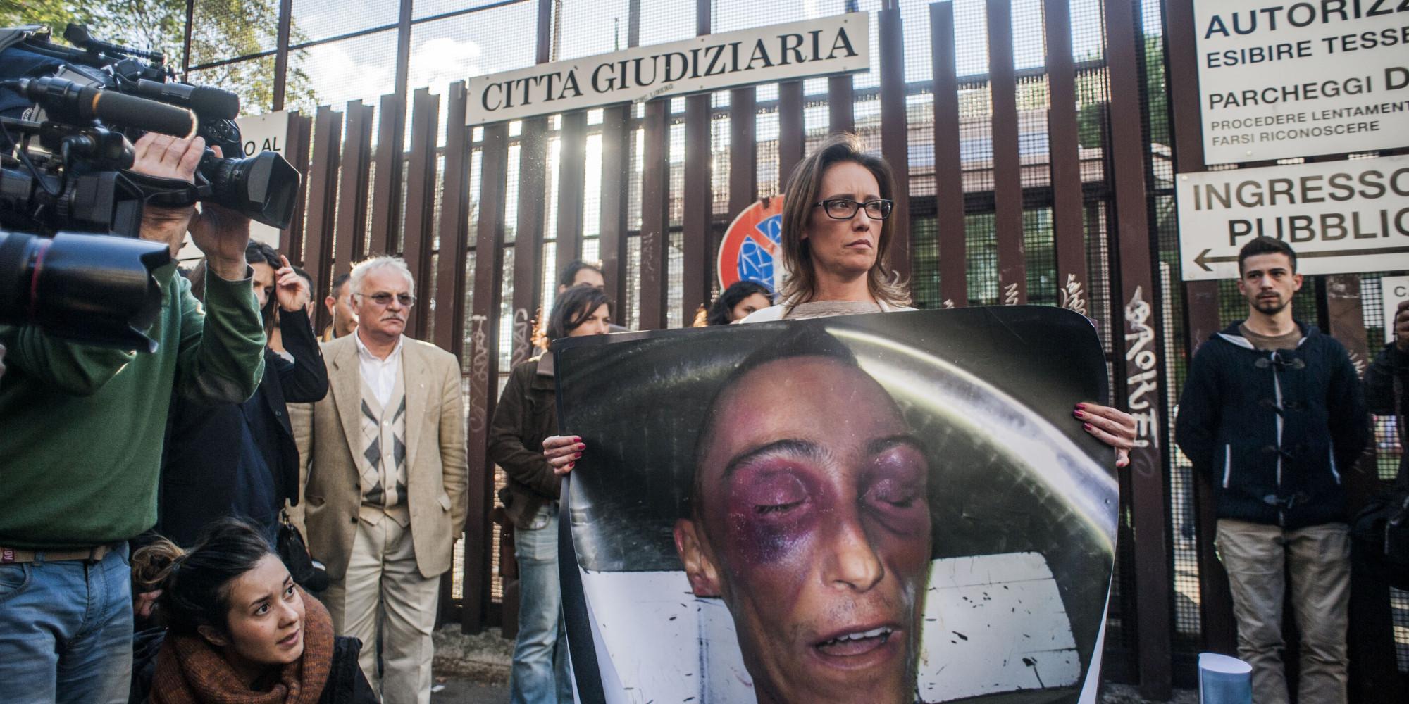 Ilaria Cucchi mostra le foto di Stefano
